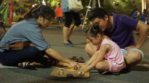 Trò chơi ô ăn quan trên phố đi bộ Hà Nội